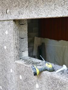 Långt borr, cementbruk och en massa isolerfästen är en bra början.