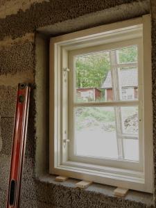 Gammalt fönster med ytter- och (ej isatt) innerbåge